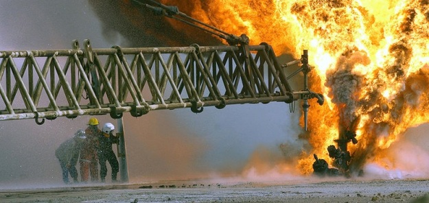 800px-US_Navy_030328-M-0000X-005_Kuwaiti_firefighters_fight_to_secure_a_burning_oil_well_in_the_Rumaila_oilfields